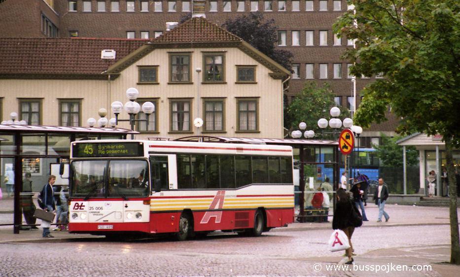 Borås lokaltrafik 25006-45 by Södra torget.